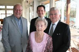 Dietmar Mundil, Bürgermeister Frank Keppeler und Tassilo Lander (v. li.) gratulieren Margarete Lander zum 100. Geburtstag.