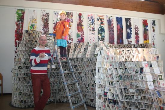 Kurz vor der Vollendung präsentiert Benjamin Klapper gemeinsam mit seiner Tochter Hannah die Bierdeckelturmlandschaft in der städtischen Kindertagesstätte Regenbogen in Pulheim.