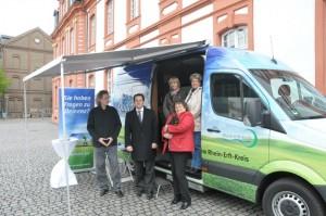 In Brauweiler vor der Abtei ist das Fahrzeug kürzlich der Öffentlichkeit in Anwesenheit von Bürgermeister Frank Keppeler vorgestellt worden