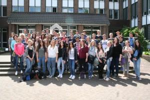 Die Schülerinnen und Schüler aus Guidel und Pulheim stellen sich gemeinsam mit ihren Lehrerinnen sowie Bürgermeister Frank Keppeler zu einem Erinnerungsfoto im Rathaus-Innenhof auf.