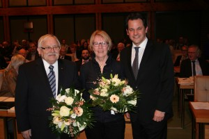 Bürgermeister Frank Keppeler gratuliert FDP-Ratsmitglied Luzia Kilias und dem ehemalige Ortsvorsteher von Geyen, Sinthern und Manstedten, Peter Abs, zur Eintragung in das Goldene Buch.