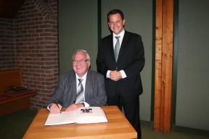 Bürgermeister Frank Keppeler gratuliert Dieter Kirchartz zur Eintragung in das Goldene Buch der Stadt Pulheim.