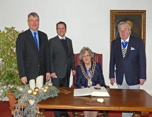 Farehams Bürgermeisterin Connie Hockley trägt sich im Canishof in das Goldene Buch der Stadt Pulheim ein. Ehemann Geoffrey (re.), Bürgermeister Frank Keppeler und Sean Woodward schauen zu (Foto: Hans-Peter Dieterling).