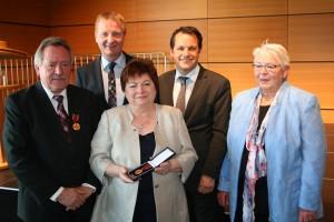 NRW-Innenminister Ralf Jäger, Bürgermeister Frank Keppeler und die stellvertretende Landrätin Eva Fielitz gratulieren den Eheleuten Stroschein zur Verleihung des Bundesverdienstkreuzes.