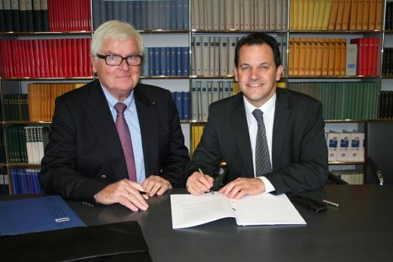 Am Mittwoch, 12. November 2014, haben der Vorstandsvorsitzende der Gold-Kraemer-Stiftung Johannes Ruland sowie Bürgermeister Frank Keppeler den Kaufvertrag beurkundet.
