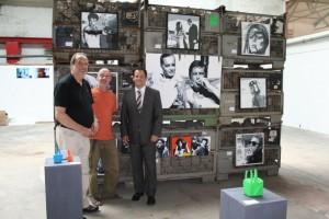 Bürgermeister Frank Keppeler, Ed Werner von WzK01 und Jo Pellenz von der Kunstfirma a2b vor den Arbeiten des Kölner Künstlers Agii Gosse.
